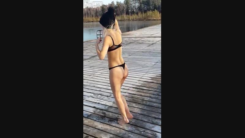 C N N( mass-media video)📹 - Woman dives into freezing lake