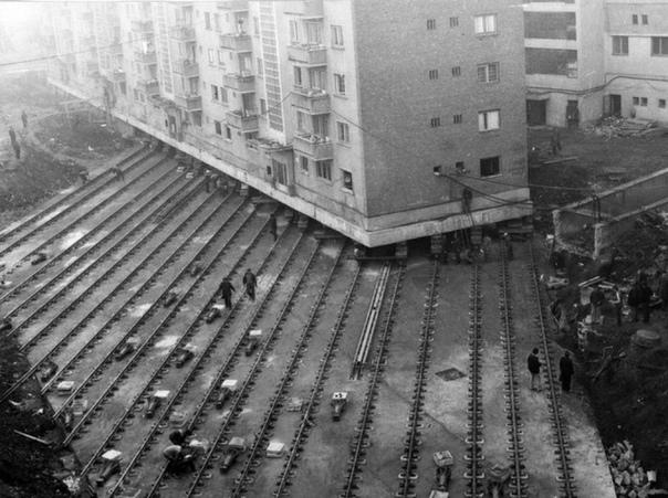 Перемещение 7 600-тонного жилого дома с места на место. 1987 г.CCCP
