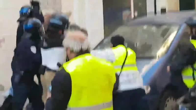 Ce même policier, apparaît également avec ses collègues pour frapper au visage un autre manifestant lors de l'Acte8