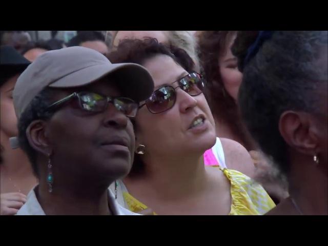 Мэтт Редман превратил Таймс-сквер в место поклонения, исполняя свою песню «Славь, душа, Господа»
