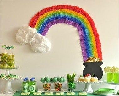 Волшебная радуга — простая и яркая идея для праздника! Понадобится: гофрированная бумага разноцветная, ватман, монетки (по желанию), двухсторонний скотч