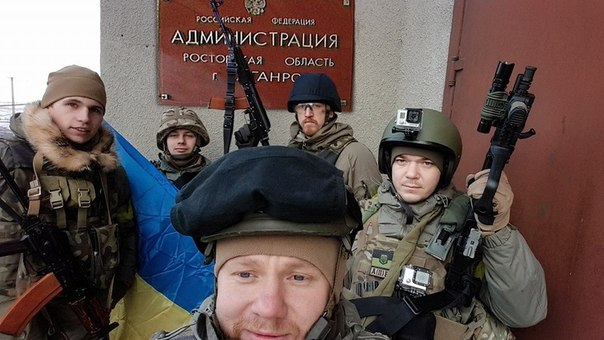 "Бойцы ""Азова"" устанавливают полковой флаг в центре Коминтерново - Цензор.НЕТ 1963"