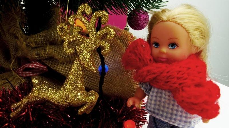 Navidad con Barbie muñecas. Adornamos el árbol. Vídeos para niñas.