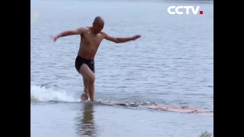мастер кунг-фу в технике «полет над водой»