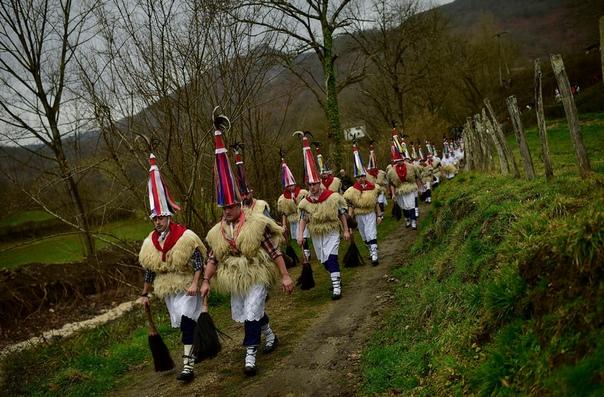 Мужчины в традиционных костюмах во время празднования Йоальдунака
