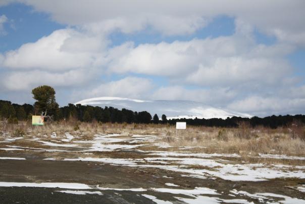 И поменьше своих бесполезных транспорантов вкопать тоже, чтоб не портили прекрасный вид на красивейшую снежную вершинку, как холмик.