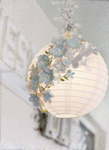 Декор бумажного абажура из Икеа Материалы: книжные или нотные страницы, гофрированная бумага, шаблоны цветочков и бабочек и термопистолет.