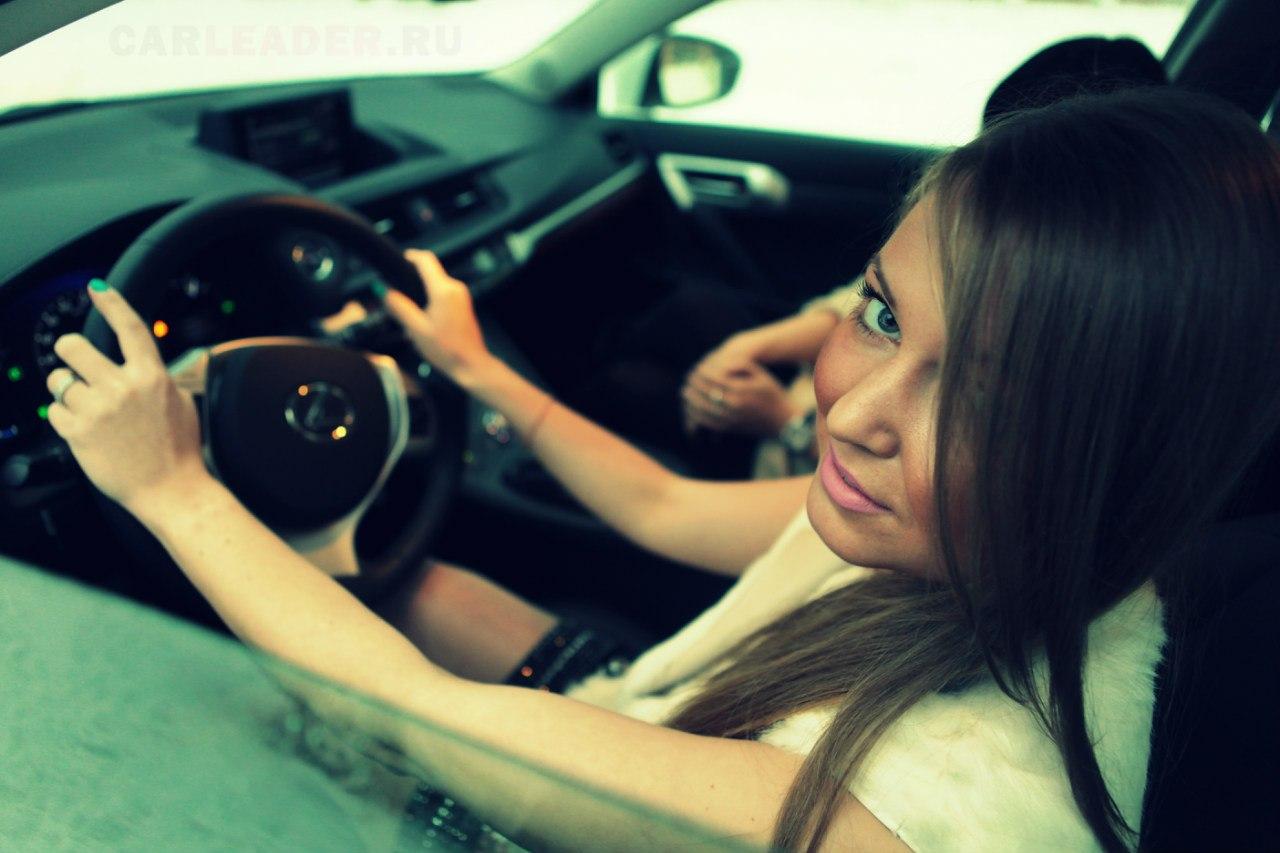 Блондинка за рулем Lexus.