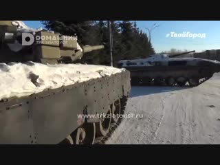 Военная техника держит под прицелом здание администрации Златоуста