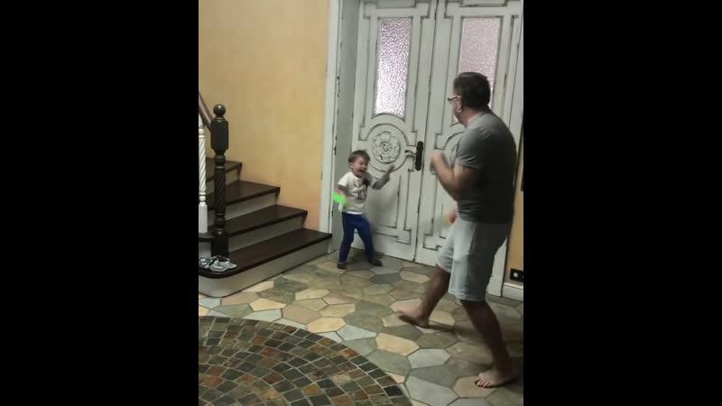 Владимир Пресняков с сыном проводят рыцарский поединок 🤣