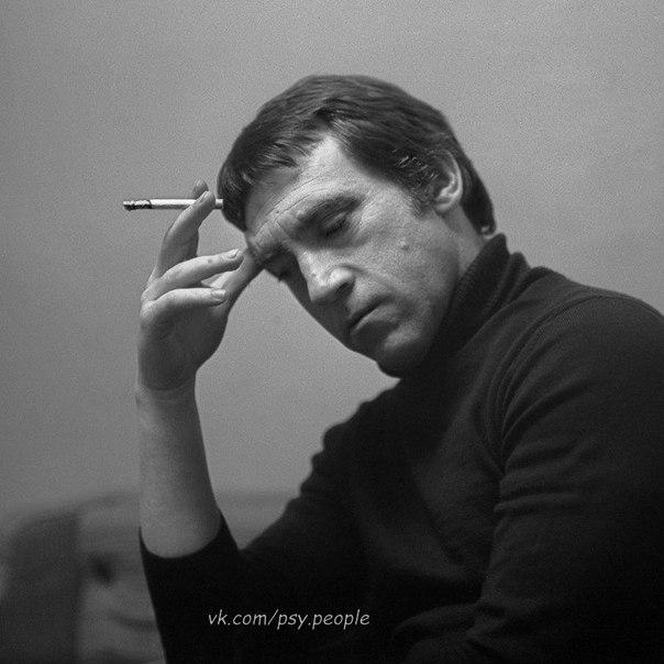 Мне скулы от досады сводит: Мне кажется который год, Что там, где я, — там жизнь проходит, А там, где нет меня, — идет. Владимир Высоцкий