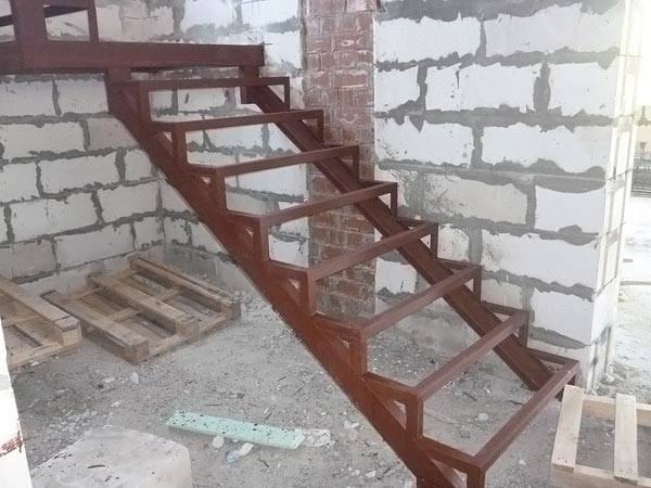 Лестницы на второй этаж на металлическом каркасе: что нужно знать?