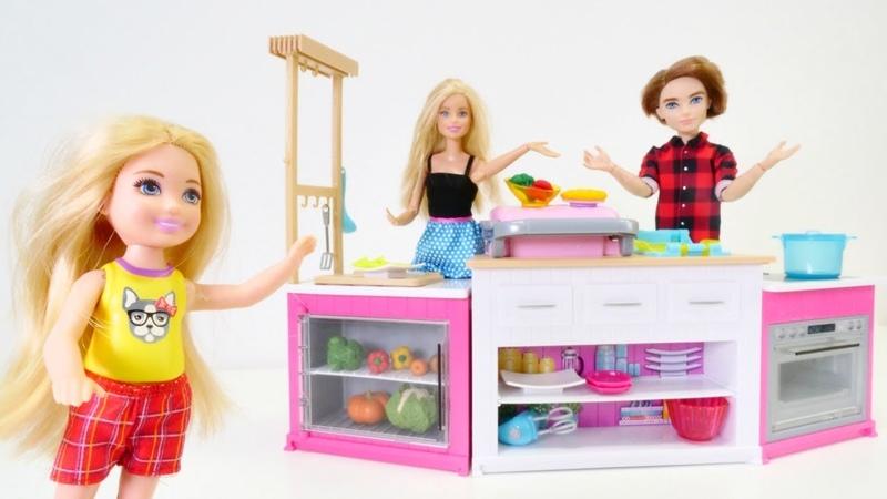 Barbie ailesi yeni mutfak seti alıyor. Kız videoları
