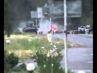 Нацгвардия расстреливает  машину  Блок пост в с. Краснянка на въезде в Рубежное. 22.05.2014