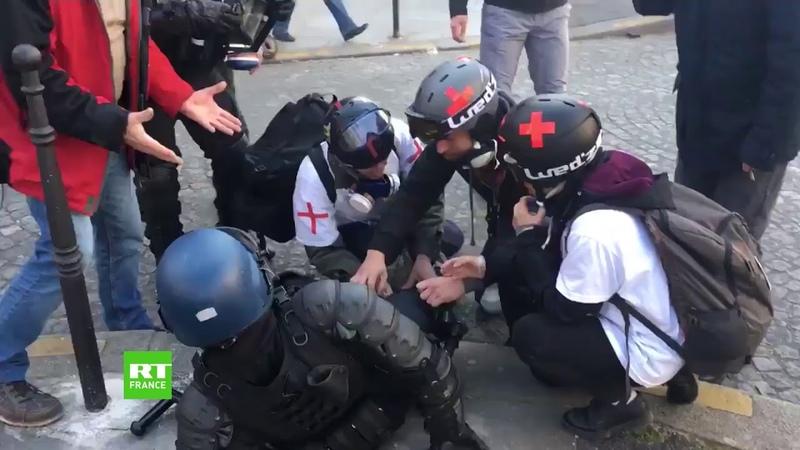 Acte 18 des street medics viennent en aide à un gendarme blessé