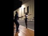 bailando salsa en la calle Hansel Melgares y Angela Jauregui
