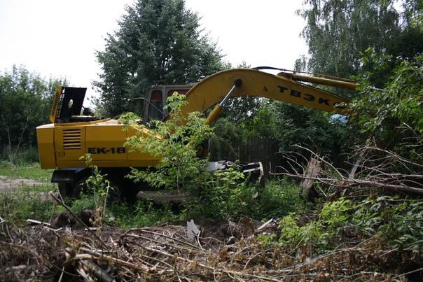Новенький эксковатор, весь жёлтенький и брошеный посреди леса. Видимо, оператор на обеде.