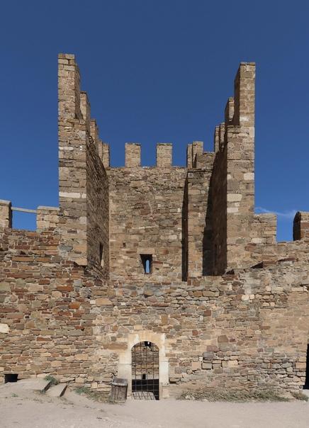 Ещё одна обычная башня для ленивого отстрела с быстрым входом и подачей снаряжения, потому что стены внутренней нет, не нужно взбегать на стену, как у кремлей. Удобство!
