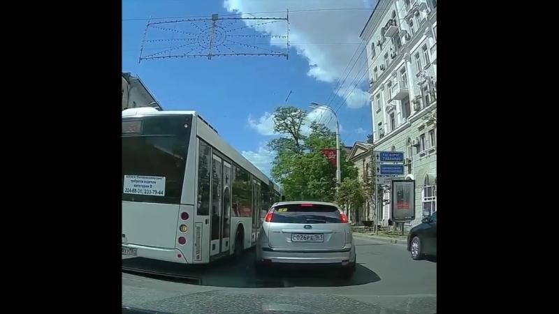 Дерзкий водитель автобуса на Б.Садовой. 22 мая.