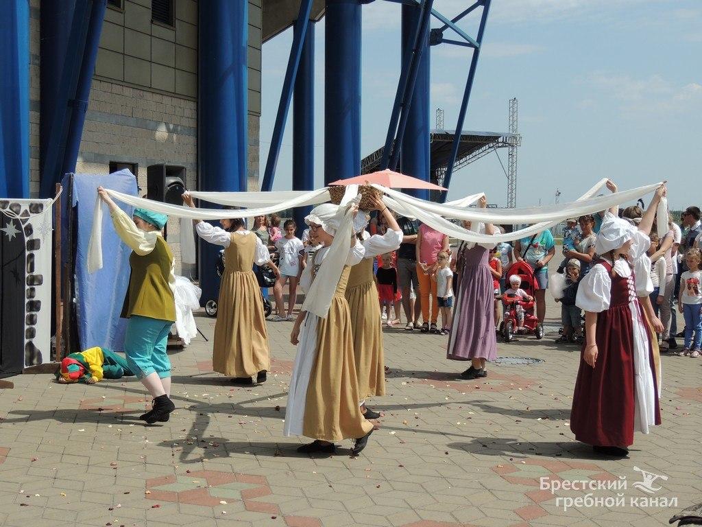 Международный день семьи ярко обозначили на гребном канале