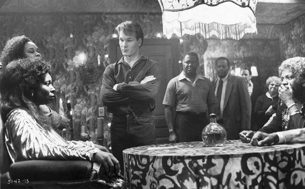 Вупи Голдберг и Патрик Суэйзи на съёмках фильма Привидение Фильм Джерри Цукера Привидение стал киноклассикой для многих поклонников творчества Вупи Голдберг и Патрика Суэйзи. Изначально роль