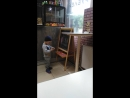 Сашенька впервые рисует на доске, в кафе Пышка, Тихвин