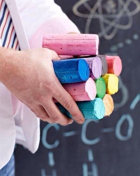 Мелки для рисования на асфальте своими руками. Для этого понадобятся: -Картонные тубы от бумажных полотенец или туалетной бумаги -Ножницы -Изолента -Бумага для морозильной камеры -Пластиковые контейнеры из-под сметаны, например -Акриловая краска -Вода -Ложка -Гипс -Резиновый шпатель 1. Разрезаем тубы от бумажных полотенец пополам (от туалетной бумаги используем целиком). Заклеить тщательно одно отверстие каждой трубки клейкой лентой, туба должна быть герметичной. 2. Вырезать из бумаги для…