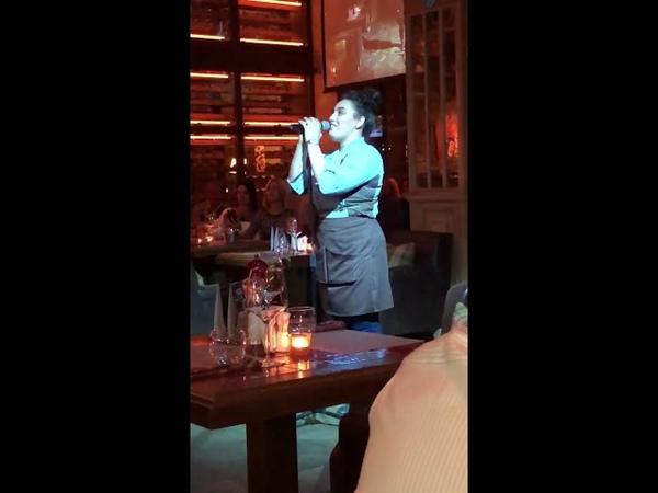Официантка из Санкт-Петербурга исполнила песню Whitney Houston и стала звездой социальных сетей