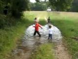 Массовое плескание детей в луже
