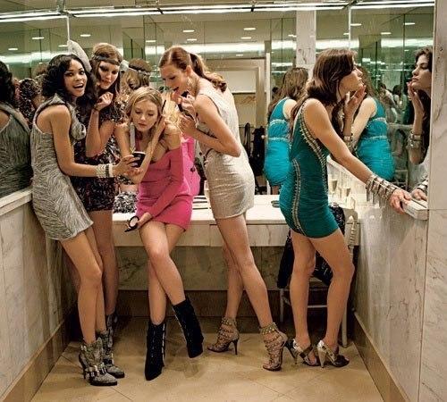 фото женщин которые писяют в сортире