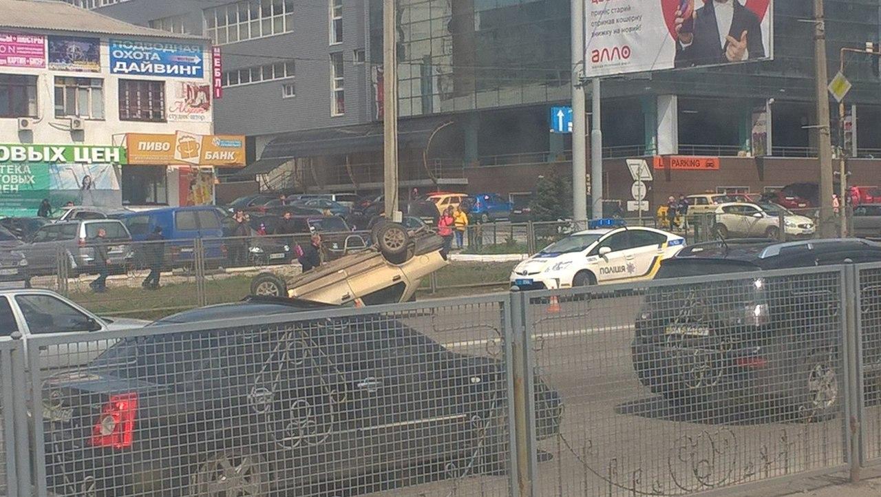 На Полтавском Шляхе перевернулась машина (ФОТО)
