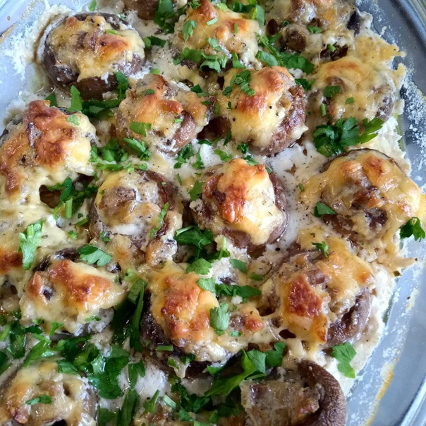 фаршированные грибочки нам понадобится:-1 кг шампиньонов -500гр твёрдого сыра-2 средние луковицы-1ст сливок 20%-2ст.л сметаны-соль- черный молотый перец-зелень-прованские травы