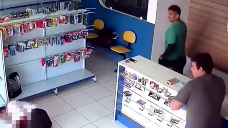 Моментальная реакция Сотрудник магазина застрелил бандита притворяющегося покупателем