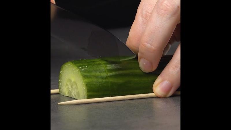 Вот как нужно нарезать огурцы, чтобы получилось произведение искусства.