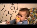 Малыш ест лимон