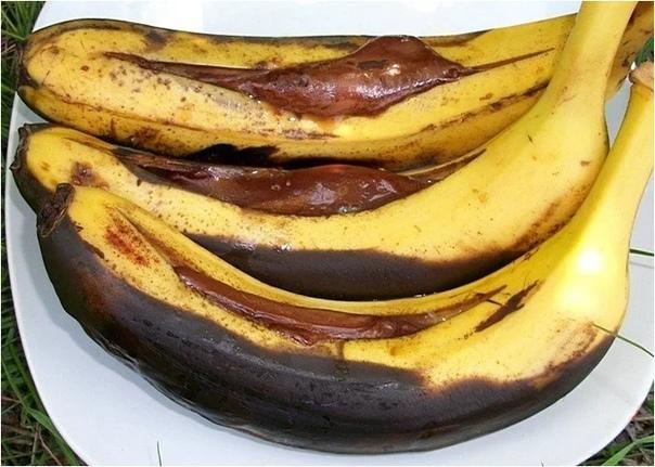 Бананы с шоколадом на мангале