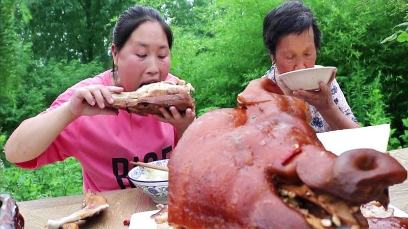 胖妹嘴馋,买一个8斤的猪头,和76岁的奶奶一起啃,实在是太过瘾了【陈35