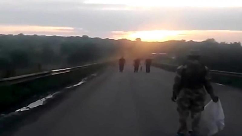 Карловка. 18 июня, 2014. Сторона Безлера ожидает укрсторону для передачи тел десантников.