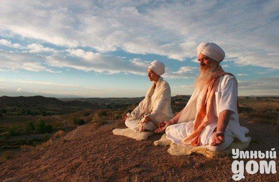 Как научится правильно медитировать: 8 советов для начинающих - Как подготовиться к медитации Перед медитацией не помешает хорошенько размяться физически. Это может быть что угодно — йога, цигун, пробежка, гимнастика или даже танцы. Хорошо также принять душ и надеть уютную чистую одежду. Некоторые заводят специальную одежду для медитации: как и постоянство места и времени, это помогает настроиться. Создать атмосферу помогают свечи и благовония. Кому-то нравится медитировать в полной тишине,…