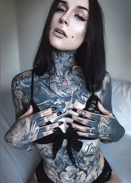«МонАми Фрост»: Самая популярная тату-модель в мире Ирен Страум в мире известна под псевдонимом «МонАми Фрост» работает тату-моделью, видеоблогером, является владелицей своей линии одежды и