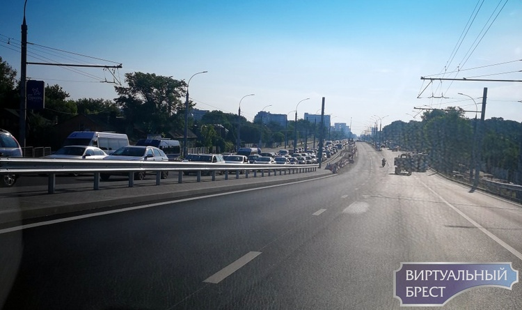 """На Кобринском мосту по направлению в центр опять """"пробки"""". Что происходит?"""