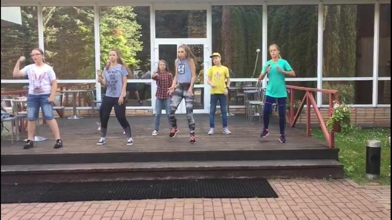 Потанцевали) Смотрите на пацана в желтой футболке