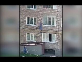 В Башкирии женщина выпала из окна, пытаясь попасть в квартиру