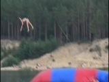 Прыжки в воду с батута / Девушка улетела чуть ли не в космос и приземлилась спиной на воду