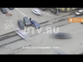 Иномарка выехала на перекресток в центре Уфы задним ходом