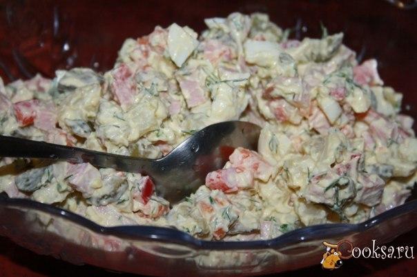 Салат с болгарским перцем и твердым сыром Этот салат - хорошая альтернатива оливье.
