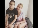 Дочь в обтягивающих шортах обставила голую Волочкову