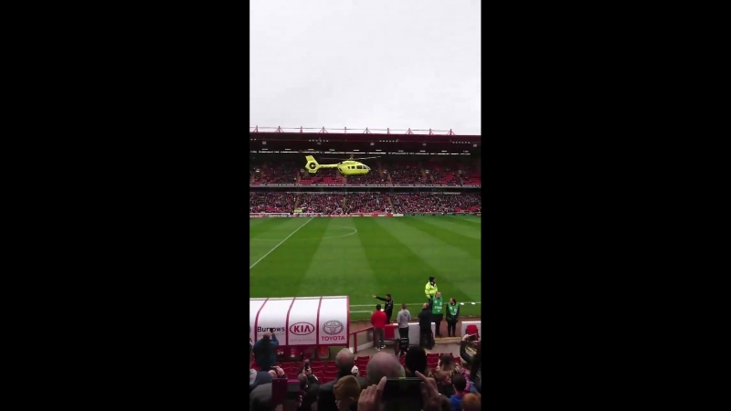 На футболе в Англии фанату стало плохо. За ним прилетел вертолет, матч отменили