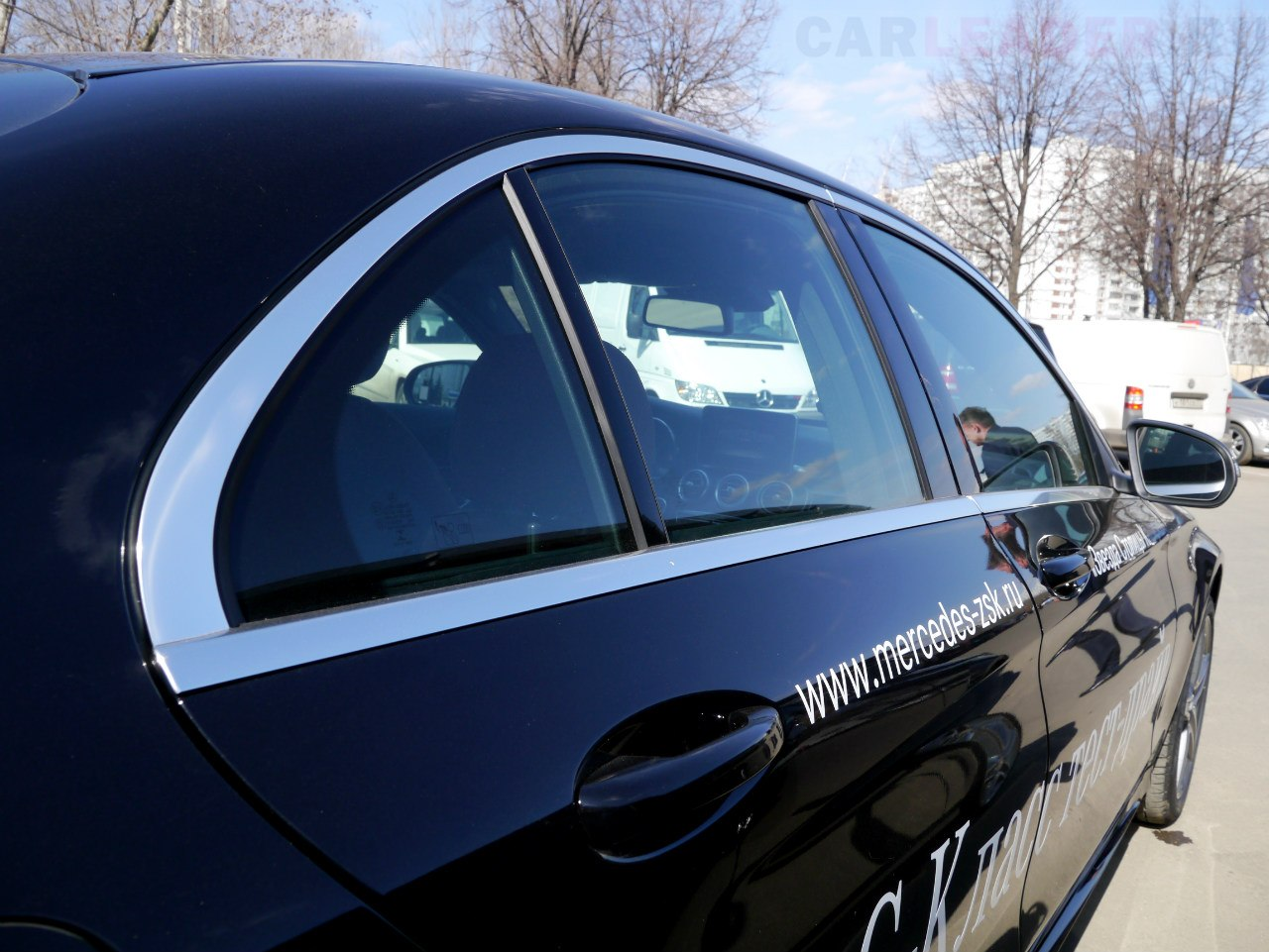 """На последнем поколении кузова W205 ошибка исправлена: теперь мы наслаждаемся более """"жирным"""" и сплошным молдингом."""