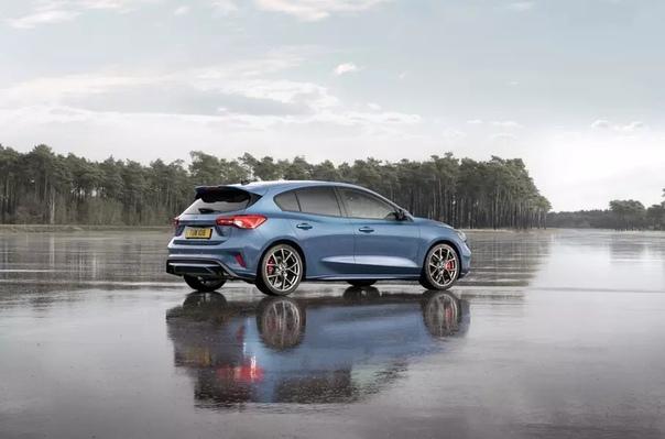 Ford представил «заряженный» Focus ST нового поколения. Компания Ford раскрыла информацию о «горячем» Focus ST нового поколения. Модель предложат в кузовах хэтчбек и универсал с бензиновым или